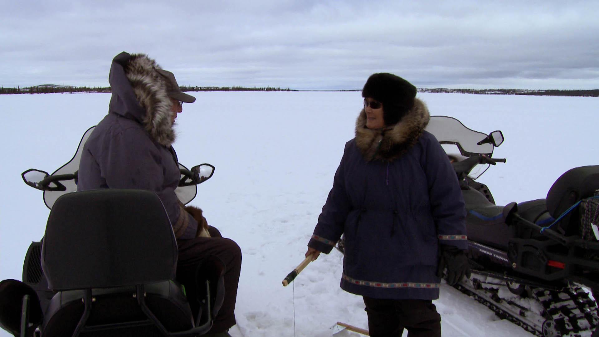 deux-vies-inuit-Johnny et Louisa a la peche